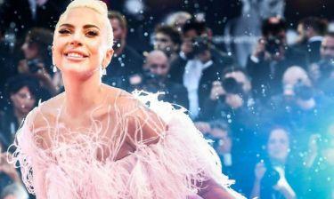 Η Lady Gaga μόλις κάλυψε την πλάτη της με ένα 'A Star is Born' tattoo