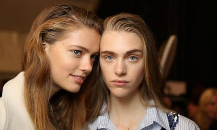 5 έξυπνα τρικς για να καμουφλάρεις τα μαλλιά σου αν δεν πρόλαβες να λουστείς