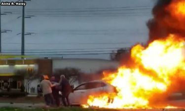 Διάσωση στο παρά πέντε: Τέσσερις καλοί σαμαρείτες σώζουν γυναίκα από φλεγόμενο αυτοκίνητο