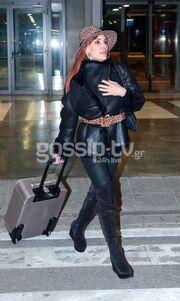 Βίκυ Χατζηβασιλείου: Με σικ ντύσιμο στο αεροδρόμιο της Θεσσαλονίκης
