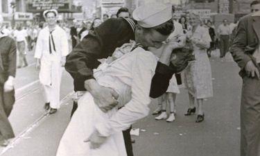 Έφυγε από τη ζωή ο ναύτης της ιστορικής φωτογραφίας για τη λήξη του Β' Παγκοσμίου Πολέμου