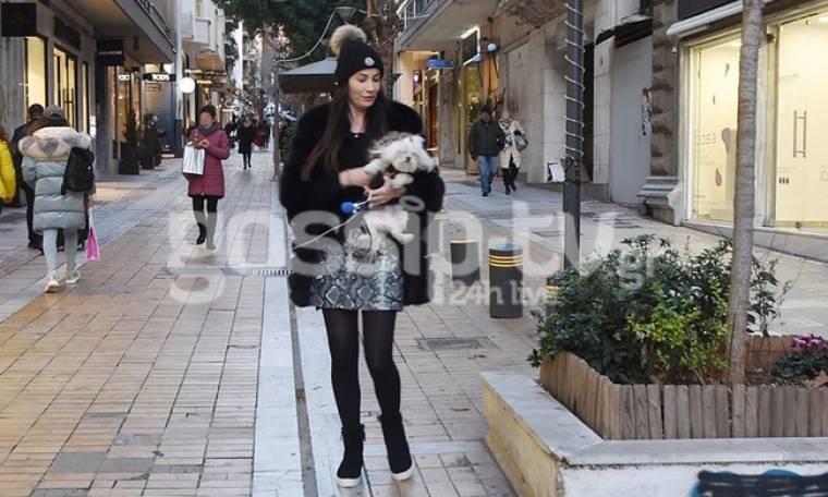 Στέλλα Γιαμπουρά: Βόλτα με το σκυλάκι της στο Κολωνάκι!