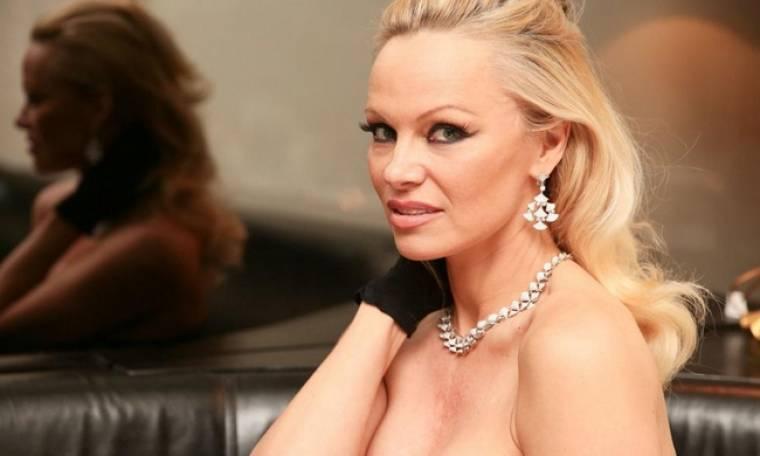 Pamela Anderson: Επιβεβαίωσε την εμφάνισή της στην εκπομπή του Κοκλώνη με ένα story