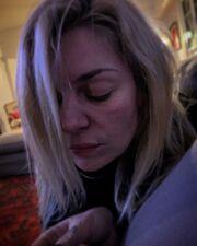 Ο Μάνος Νιφλής φωτογραφίζει την σκεπτική Ελισάβετ Μουτάφη