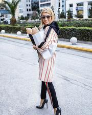 Παρουσιάστρια πηγαίνει στο φούρνο σαν να πηγαίνει σε επίδειξη μόδας