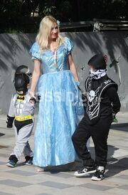 Φαίη Σκορδά: Σε μασκέ πάρτι με τους γιους της! Έγινε βασίλισσα Έλσα για μια μέρα