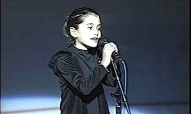 Δε θα πιστέψεις ποια τραγουδίστρια είναι το κοριτσάκι της φωτογραφίας