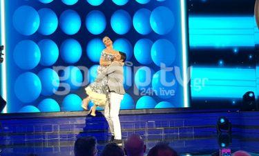 YFSF: Ο παιχνιδιάρης Γεωργούλης σήκωσε την Μπεκατώρου στα χέρια και έκανε το...κύμα με το κοινό!