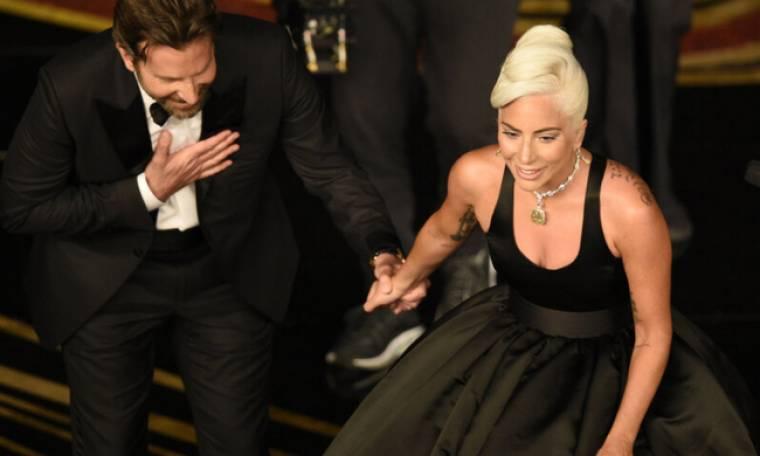 Ο Bradley Cooper εμφανίζεται με σημάδι από κόκκινο κραγιόν στο πηγούνι και το Twitter οργιάζει