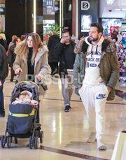 Νικόλας Σακελλαρίου: Χαλαρή βόλτα με τη γυναίκα και το παιδί του
