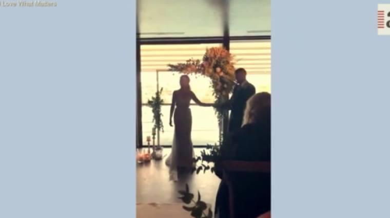 Συγκινητικό: Λίγο πριν παντρευτούν η νύφη τού τραγούδησε στη νοηματική το αγαπημένο τους τραγούδι