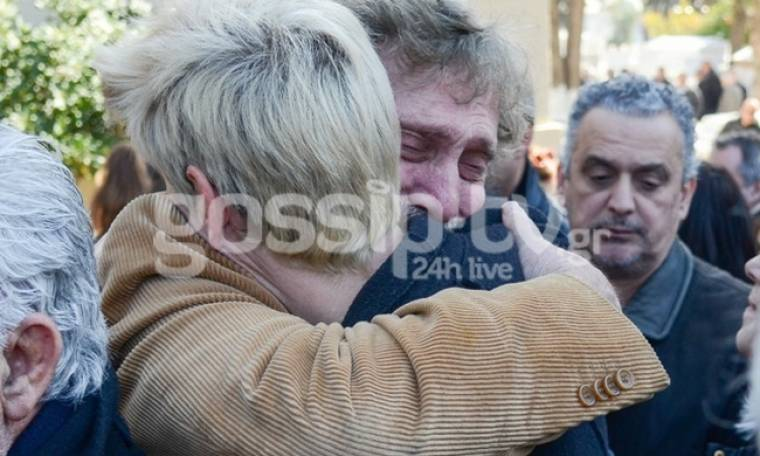 Απαρηγόρητος ο Αλμπέρτο Εσκενάζυ στην αγκαλιά της κόρης του Φαίδωνα Γεωργίτση!