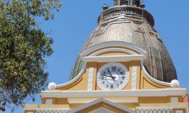 Γιατί το ρολόι στο Κογκρέσο της Βολιβίας είναι ανάποδα;