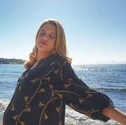 Τζένη Θεωνά: Ποζάρει με φόντο τη θάλασσα λίγο πριν γεννήσει