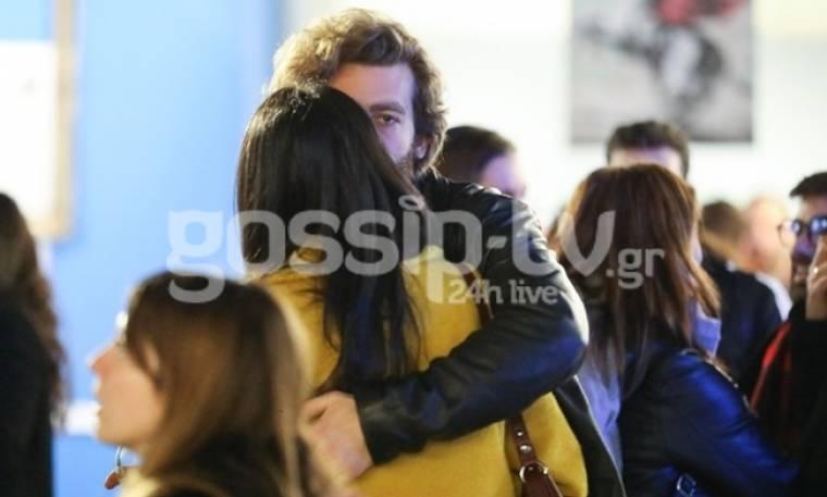 Τρυφερά φιλιά και αγκαλιές στη μέση του δρόμου για το ερωτευμένο ζευγάρι ηθοποιών! (pics)