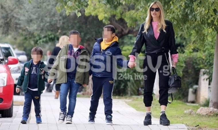 Φαίη Σκορδά: Βόλτα με τα παιδιά της στη Γλυφάδα