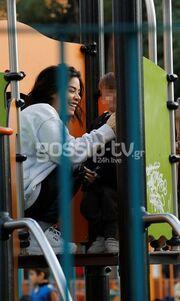 Με τον γιο της στην παιδική χαρά