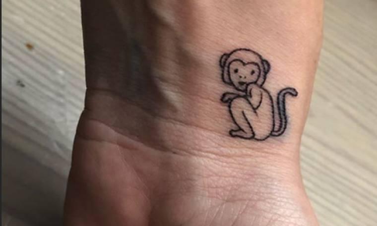 Κι όμως, τραγουδίστρια έκανε στο χέρι της τατουάζ… μαϊμού