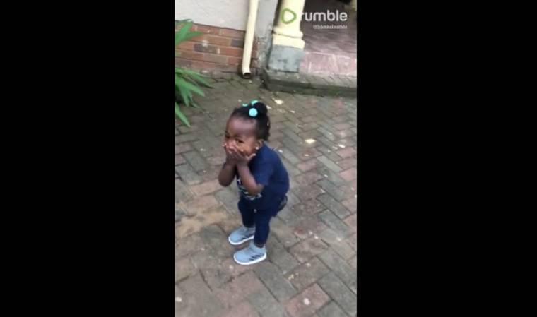 Δεν φαντάζεστε γιατί τρελάθηκε από τη χαρά της η μικρούλα! (vid)