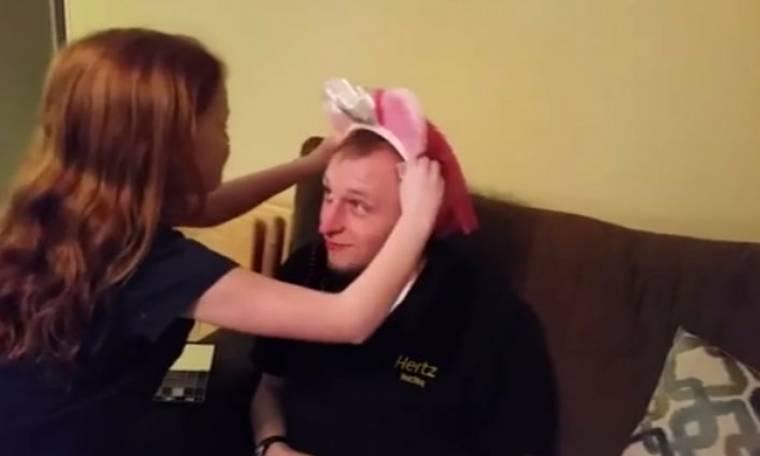 Ο πιο γλυκός μπαμπάς! Αφήνεται στα χέρια της κόρης του για να τον κάνει... ό,τι θέλει!
