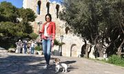 Η Δήμητρα Αλεξανδράκη με τον σκύλο της στην Ακροπολή