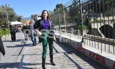 Η Γωγώ Βαϊνά έκανε τη βόλτα της στο Θησείο-Το εκκεντρικό της ντύσιμο