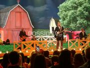 YFSF: Ο Τσαρούχας, η country και η ακριβή κιθάρα του (pics- video)