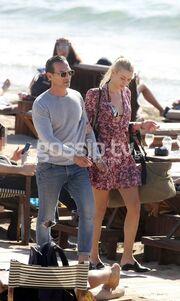 Η Ντάρια Τουρόβνικ στην παραλία με τον σύντροφό της