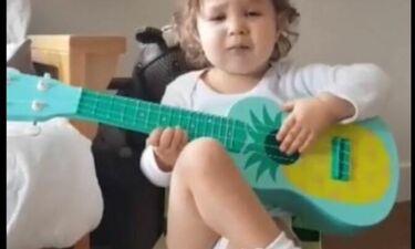 Αυτό το κοριτσάκι λατρεύει να την βιντεοσκοπούν την ώρα που παίζει κιθάρα
