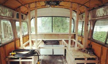 Πούλησε το σπίτι της και αγόρασε ένα παλιό λεωφορείο! Μόλις δείτε πώς το έκανε θα πάθετε σοκ (vid)