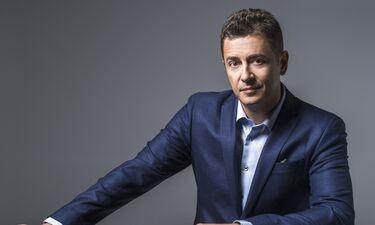Αντώνης Σρόιτερ: Δέκα χρόνια στο τιμόνι της παρουσίασης στον Alpha