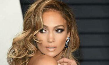 Η Jennifer Lopez ποζάρει στο Instagram κι εμείς μετράμε τους κοιλιακούς της