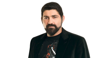 Ο Μιχάλης Ιατρόπουλος εμφανίζεται ολόγυμνος στη σκηνή