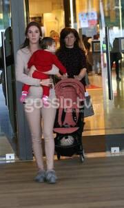 H Όλγα Ζαφειροπούλου με το παιδάκι της και τη μητέρα της σε εμπορικό κέντρο