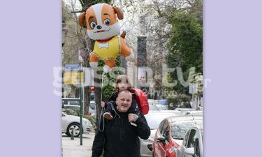 O Δημήτρης Σκαρμούτσος με τον γιο του στους ώμους - Το μπαλόνι του μικρού είναι γλυκό σαν εκείνον