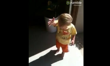 Απολαυστικό βίντεο: Δεν φαντάζεστε γιατί έβαλε τα κλάματα αυτός ο μπόμπιρας!