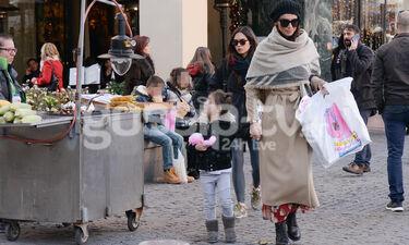 Μπέτυ Μαγγίρα: Βόλτα με την κόρη της στο κέντρο της Αθήνας (photos)