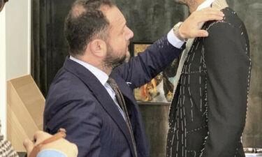 Κάνει πρόβα το γαμπριάτικο κοστούμι (pic)