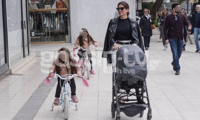 Η Σταματίνα Τσιμτσιλή με τα παιδιά της στην Κηφισιά - Τα πέδιλά της είναι απόλυτη τάση