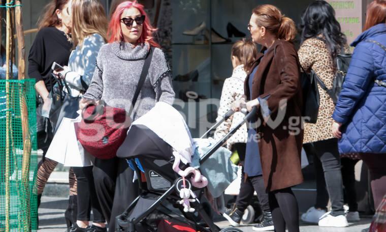 Η Πηνελόπη Αναστασοπούλου με το μωράκι της και τη μητέρα της στη Θεσσαλονίκη