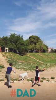 Ο Φίλιππος-Ραφαήλ και ο Μιχαήκ-Άγγελος παίζουν με τον σκύλοτους