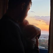 Ο Ευτύχης κρατά την κόρη του στην αγκαλιά του