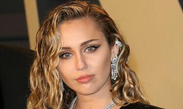 Η Miley Cyrus δίπλα στον σύζυγό της με ένα ντεκολτέ που μαγνητίζει – Η sexy πόζα της (photos)