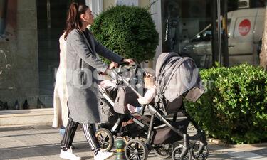 Ήβη Αδάμου: Η όμορφη μανούλα έκανε τη βόλτα της με το μωρό της (photos)