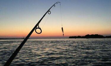 Μείναμε άφωνοι: Πήγε για ψάρεμα και ανέβασε φωτό με το 60 κιλών ψάρι που «έπιασε» (photos)