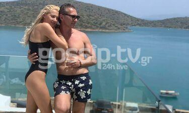 Ντάρια Τουρόβνικ-Γιώργος Ανδριαδάκης: Ερωτευμένοι στην Ελούντα, με φόντο το γαλάζιο της θάλασσας