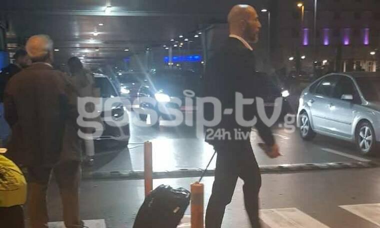 Ο Βαλάντης στο αεροδρόμιο με κοστούμι (photos)