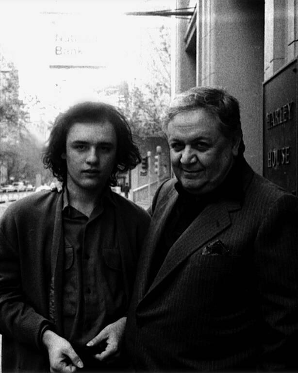Ο Μάνος Χατζηδάκις με τον γιο του
