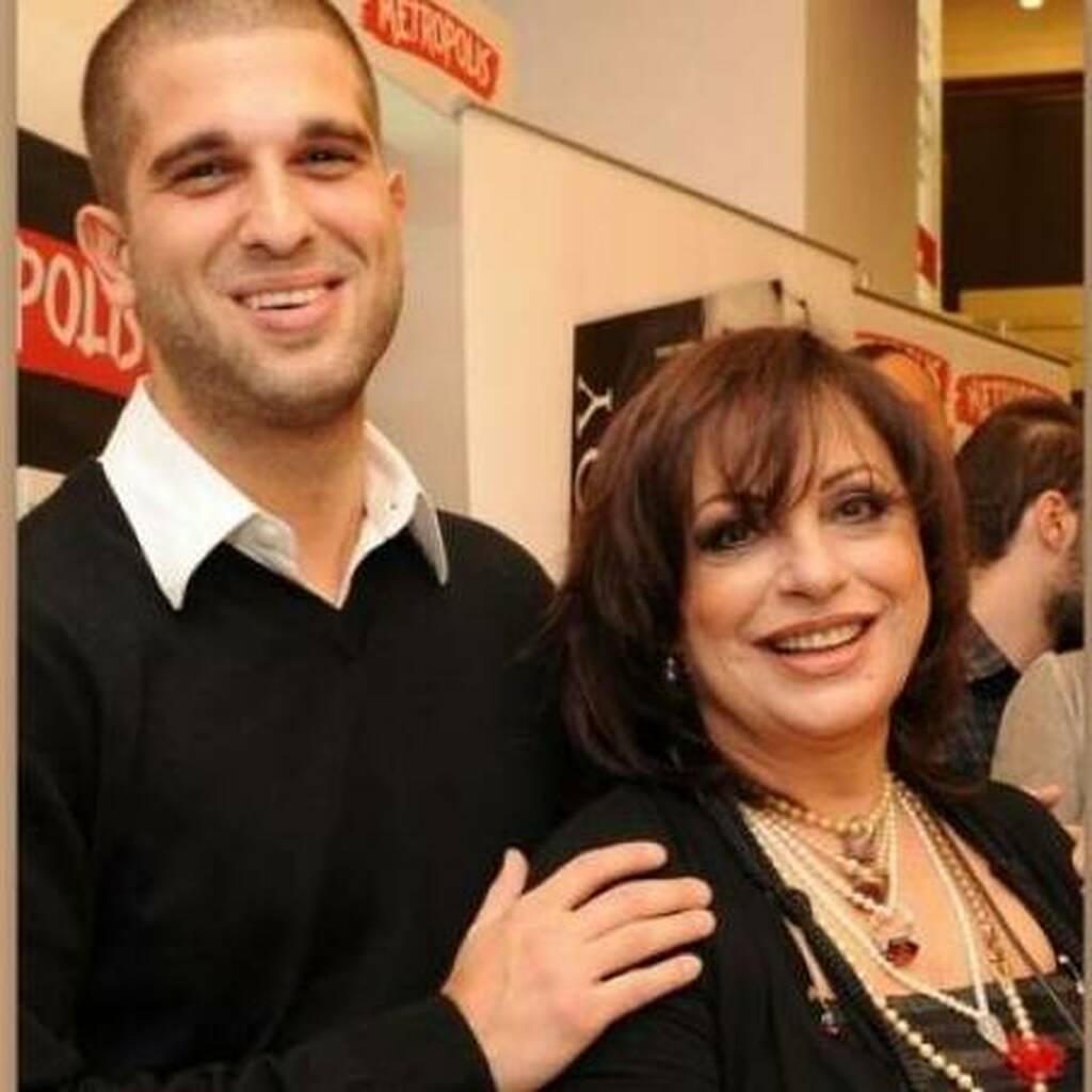 Η Χαρούλα Αλεξίου με τον γιος της Μάνο