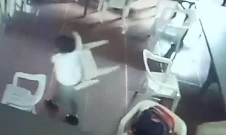 Ξεκαρδιστικό! Μικρός μαθητής κοιμόταν και φόρεσε την… καρέκλα για τσάντα (video)